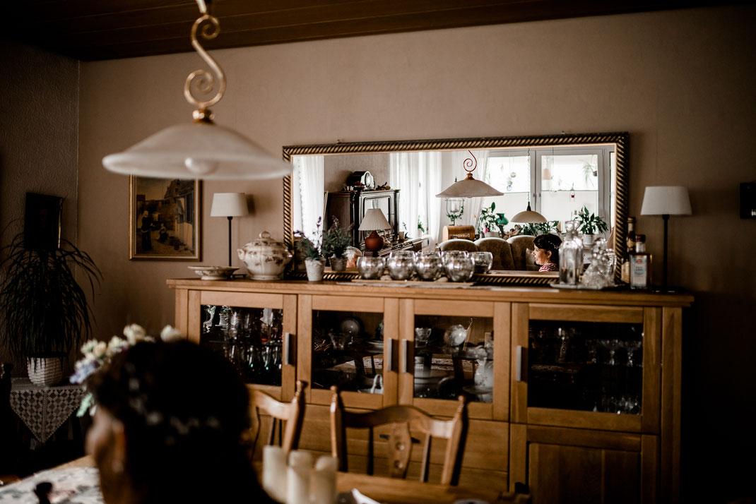 getting ready in Kiel, zuhause, bei Mama, Brautschuhe, Stumpfband, Details, Standesamtliche Trauung, draußen im Garten, die Braut, Spiegel, Spiegelung, stade, bremen, hamburg, jork, zeven