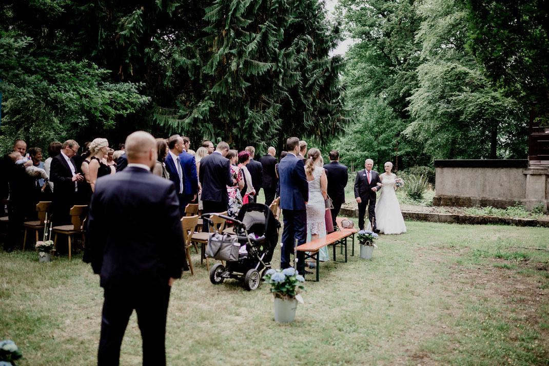 Freie Trauung in Tiste beim Klostergut Burg Sittensen mit fotografin Vanessa Teichmann Samuelsen und der rednerin Jasmin Rathke von Trauzucker aus Hamburg. Sommer 2018 Hochzeit Vintage Wedding die braut kommt