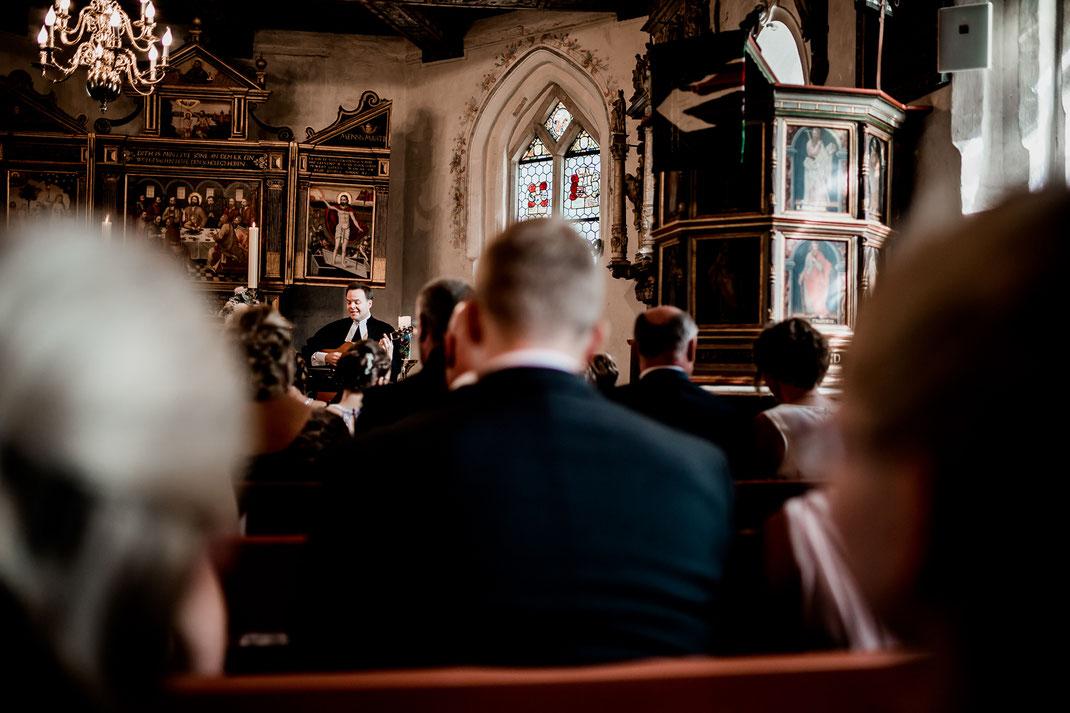 Kirchliche Trauung in Oese bei Bremervörde, Weddinginspo, Sommerhochzeit im Vintage Styl mit Brautjungfern und mans, fotografin aus Hamburg, stade, buxtehude, kirche, friedhof, church, musik, singen, gesang