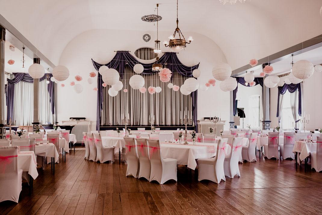 hotel altes land, jork, buxtehude, fotografin, harsefeld, hochzeit, wedding, kutsche, döscher, ins glück, pferde, saal, real, realwedding, vanessa teichmann samuelsen, fotograf,  pompoms, vintage, pink, rosa, deko