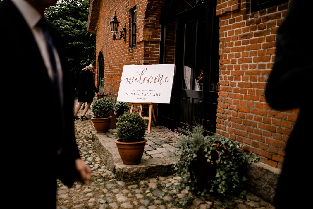 getting ready in Kiel, zuhause, bei Mama, Brautschuhe, Stumpfband, Details, Standesamtliche Trauung, draußen im Garten, brautkleid anziehen, verwante, hilfe, wedding, realwedding, stade, bremen, hamburg, jork, zeven, große Diele Rade, willkommensschild