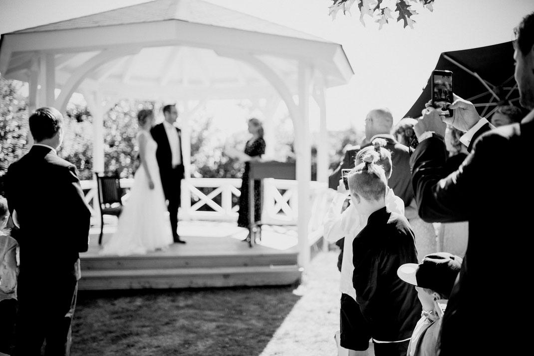 trauung in jork im hotel altes land, garten hochzeit draußen freie trauung mit fotograf vanessa teichmann samuelsen von breathtakingshootings aus zeven sittensen stade hamburg bremen first look haare von mitra eisenhardt free-eve marleen traurednerin hand