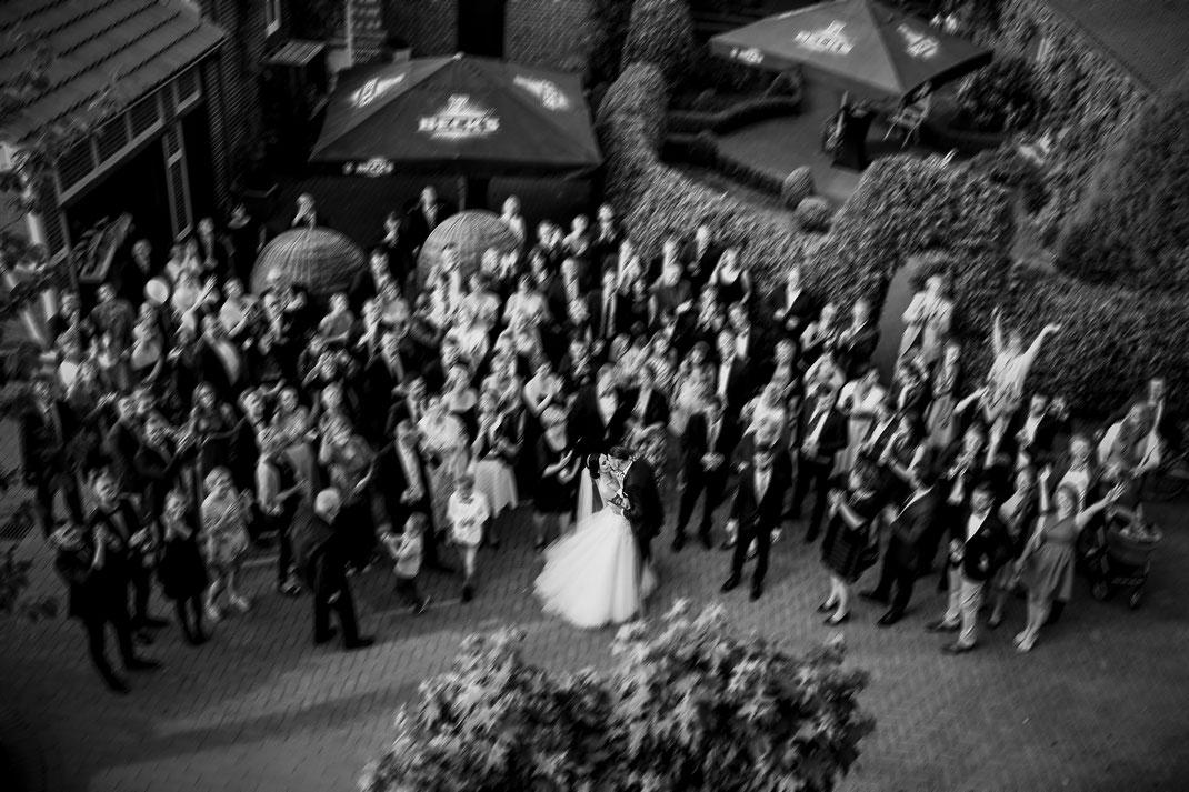 hotel altes land, jork, buxtehude, fotografin, harsefeld, hochzeit, wedding, kutsche, döscher, ins glück, pferde, sängerin, real, realwedding, vanessa teichmann samuelsen, fotograf, pfingstrosen, mercedes, brautpaar shoot, fotos