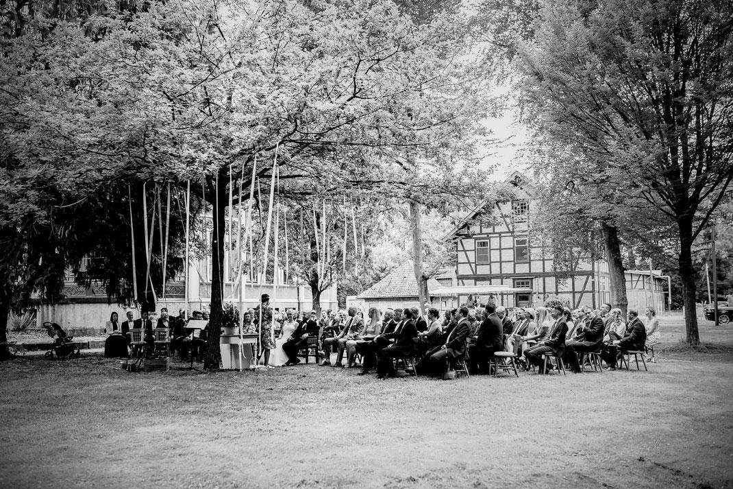 Freie Trauung in Tiste beim Klostergut Burg Sittensen mit fotografin Vanessa Teichmann Samuelsen und der rednerin Jasmin Rathke von Trauzucker aus Hamburg. Sommer 2018 Hochzeit Vintage Wedding auf dem Land Trauzeugen und deko gruppenbild