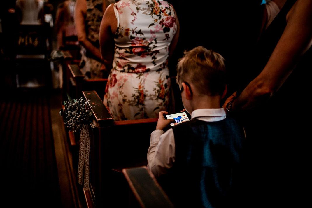 Kirchliche Trauung in Oese bei Bremervörde, Weddinginspo, Sommerhochzeit im Vintage Styl mit Brautjungfern und mans, fotografin aus Hamburg, stade, buxtehude, kirche, friedhof, child at church