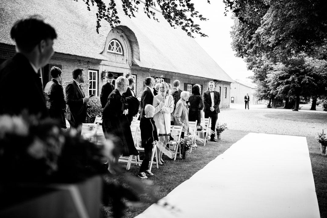 Kiel, Standesamtliche Trauung, draußen im Garten, wedding, realwedding, stade, bremen, hamburg, jork, zeven, große Diele Rade, einzug der Braut, weißer Teppich, lachen