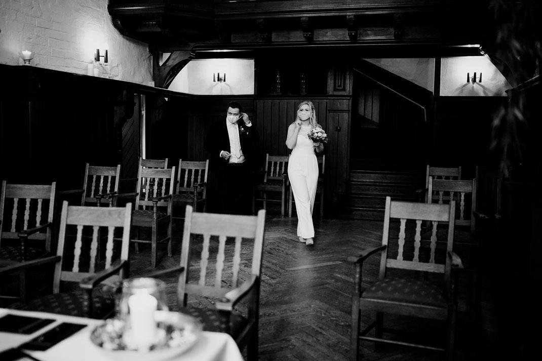Hamburg, Winsen, Luhe, Schloss, Standesamt, Trauung, Hochzeit, Corona, Standesamtliche, Fotografin, Reportage, Real Wedding, realwedding, Brautpaar, Wasser, Schlosspark, corona, maske, oma und opa