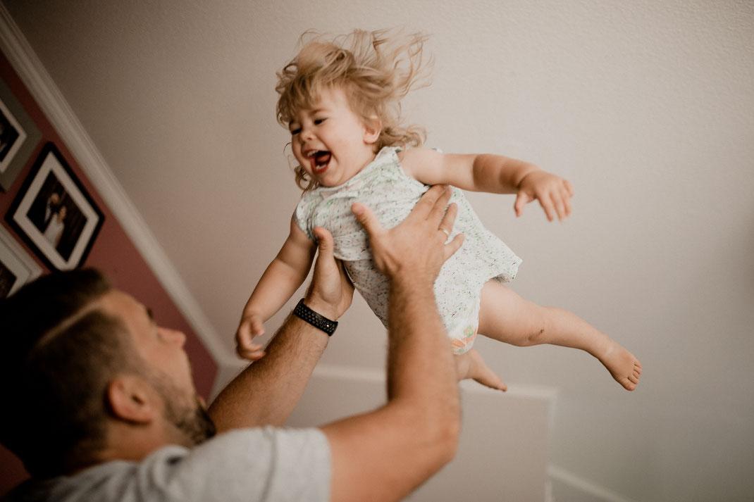 kleinkind, homestory, zuhause, mädchen, junge, geschwister, familie, mama, papa, bremen, hamburg, stade, buxtehude, harsefeld, zeven, sofa, wohnzimmer, couch, familienbild, toben, spielen, fliegen, werfen,