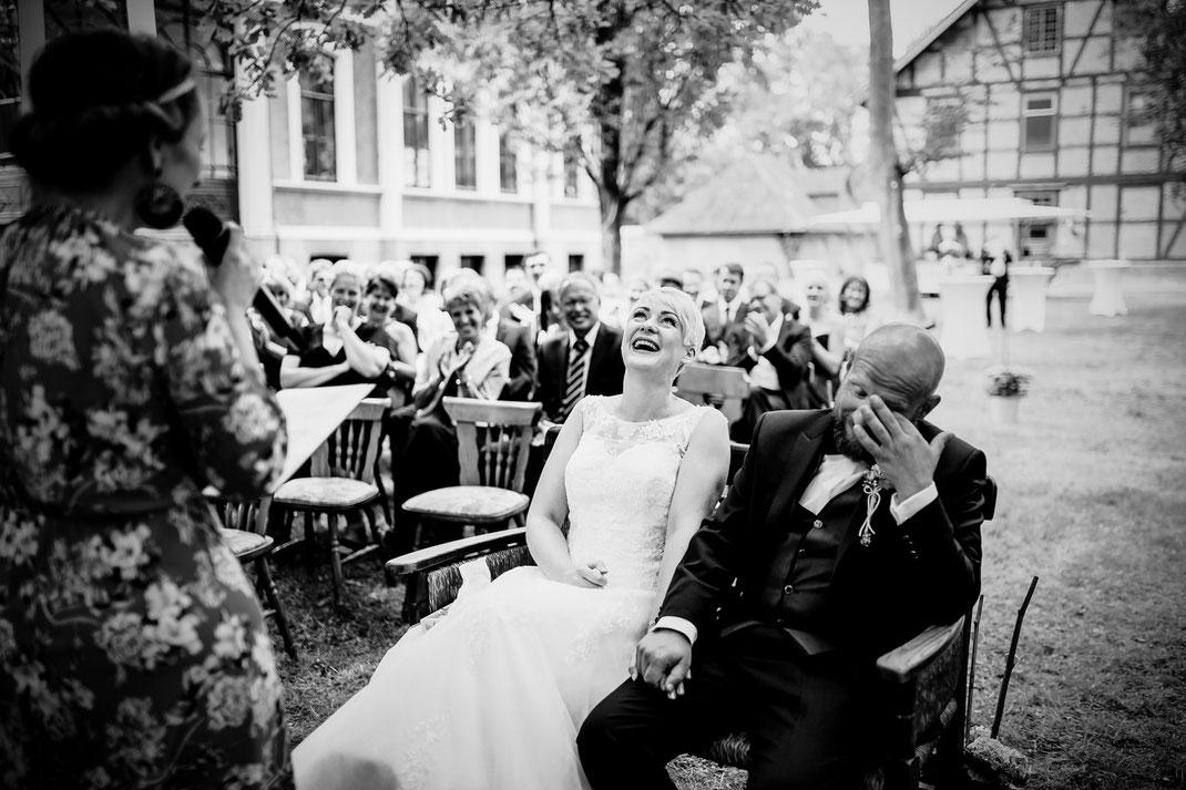 Freie Trauung in Tiste beim Klostergut Burg Sittensen mit fotografin Vanessa Teichmann Samuelsen und der rednerin Jasmin Rathke von Trauzucker aus Hamburg. Sommer 2018 Hochzeit Vintage Wedding auf dem Land Trauzeugen und deko herzliches lachen