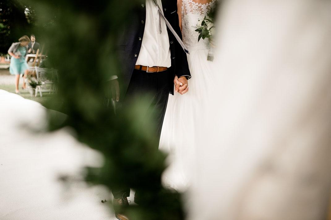 Kiel, Standesamtliche Trauung, draußen im Garten, wedding, realwedding, stade, bremen, hamburg, jork, zeven, große Diele Rade, einzug der Braut, weißer Teppich, lachen, händchenhalten