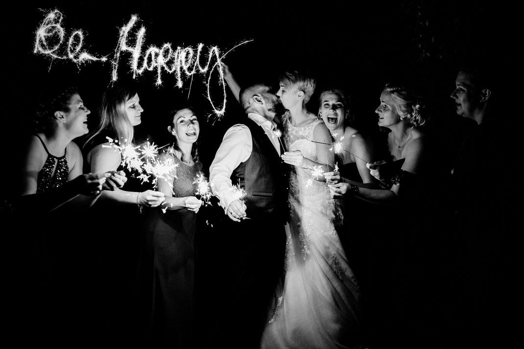 Freie Trauung in Tiste beim Klostergut Burg Sittensen mit fotografin Vanessa Teichmann Samuelsen und der rednerin Jasmin Rathke von Trauzucker aus Hamburg. Sommer 2018 Hochzeit Vintage Wedding Brautpaar Portrait Posen nightshoot be happy