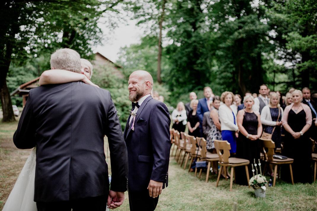 Freie Trauung in Tiste beim Klostergut Burg Sittensen mit fotografin Vanessa Teichmann Samuelsen und der rednerin Jasmin Rathke von Trauzucker aus Hamburg. Sommer 2018 Hochzeit Vintage Wedding brautvater und braut, übergabe