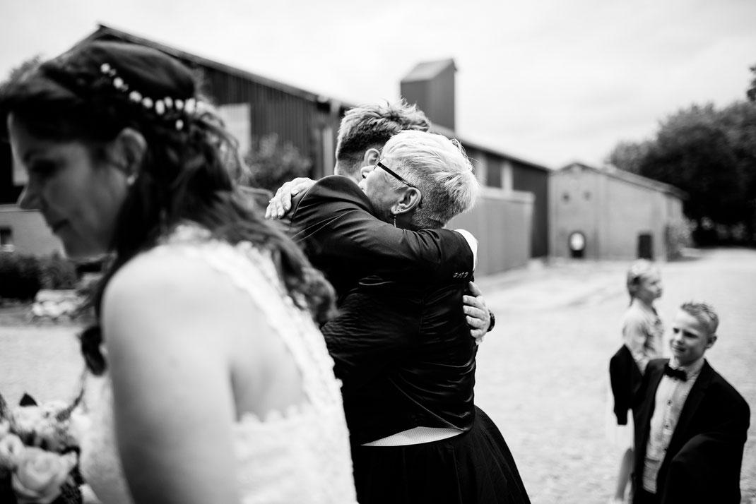 Kiel, Standesamtliche Trauung, draußen im Garten, wedding, realwedding, stade, bremen, hamburg, jork, zeven, große Diele Rade, tränen, emotionen, rede, gratulation