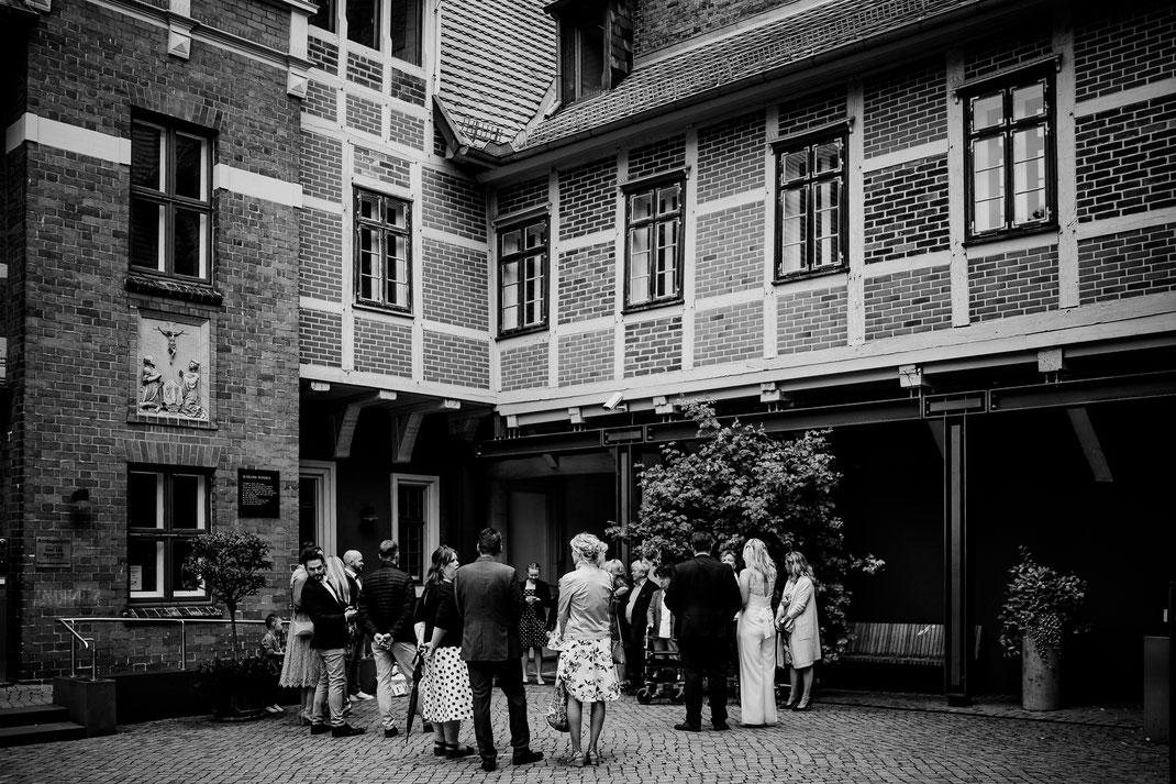 Hamburg, Winsen, Luhe, Schloss, Standesamt, Trauung, Hochzeit, Corona, Standesamtliche, Fotografin, Reportage, Real Wedding, realwedding, Brautpaar, Wasser, Schlosspark, corona, empfang, gäste