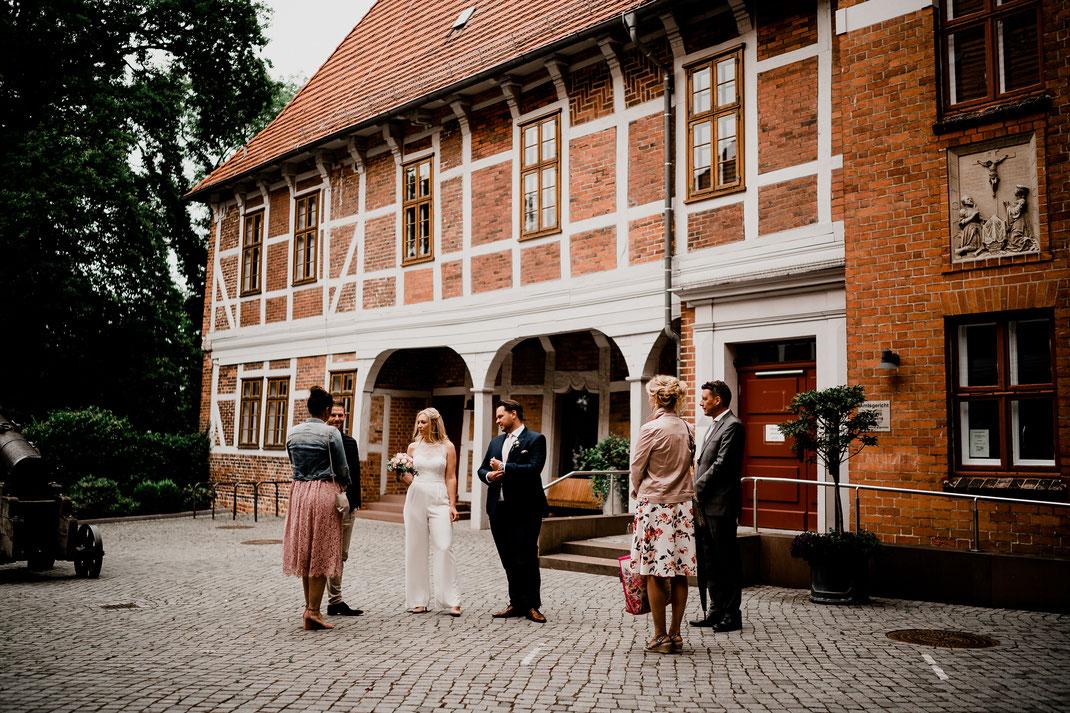 Hamburg, Winsen, Luhe, Schloss, Standesamt, Trauung, Hochzeit, Corona, Standesamtliche, Fotografin, Reportage, Real Wedding, realwedding, Brautpaar, Wasser, Schlosspark, corona, eltern, hof,