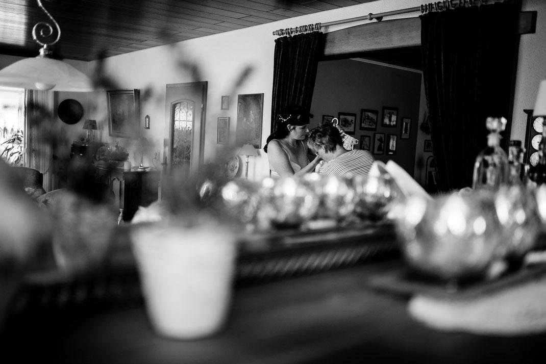 getting ready in Kiel, zuhause, bei Mama, Brautschuhe, Stumpfband, Details, Standesamtliche Trauung, draußen im Garten, brautkleid anziehen, tante, stade, bremen, hamburg, jork, zeven