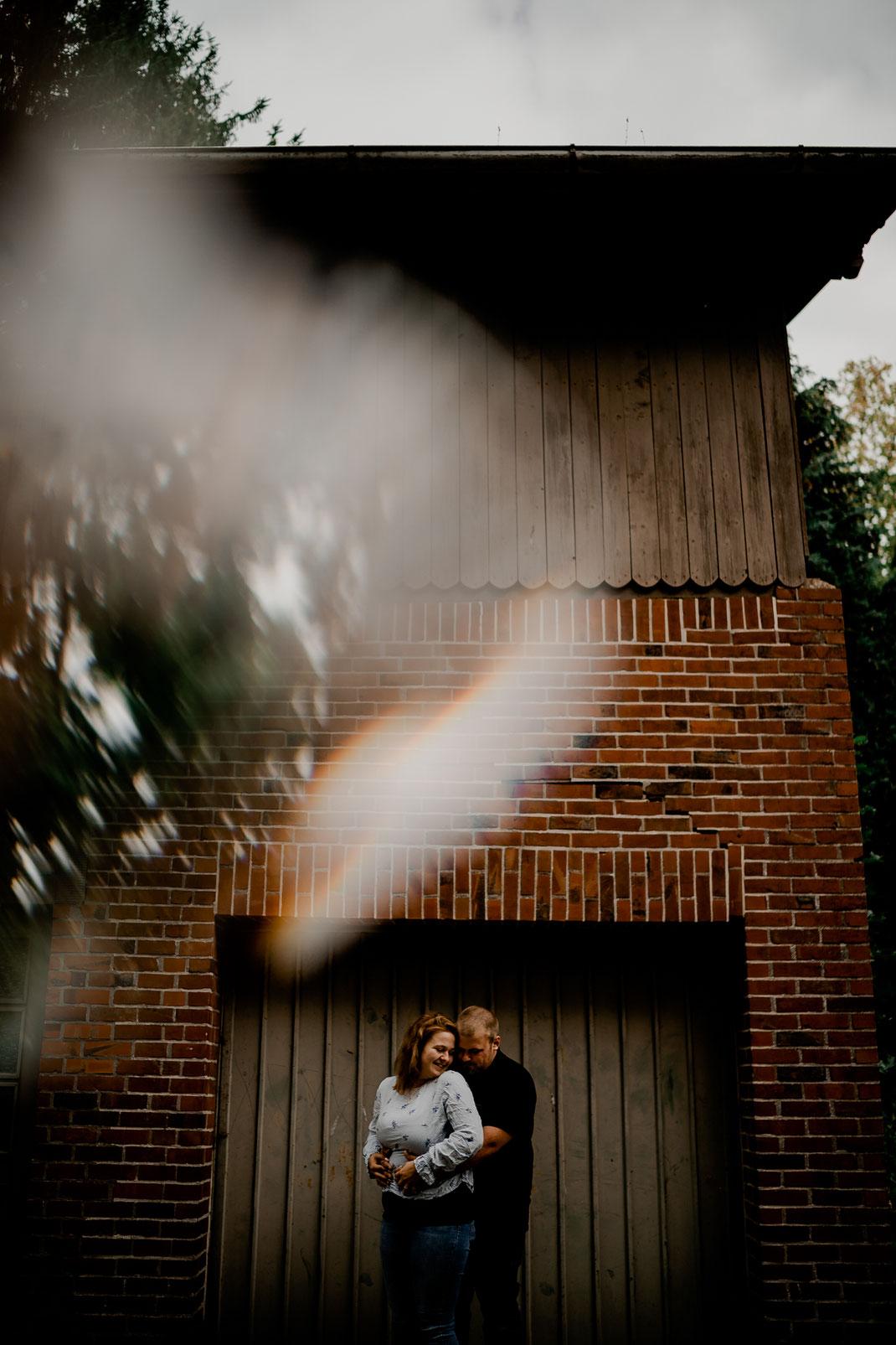 Fredenbeck, fotograf, couple, Paar, Pärchen, Shooting, foto, reflektion, Hochzeit, Kennenlernen, Garage, Tor, moody, vanessa, outdoor, Kirche, Deinste, Lokation, Check