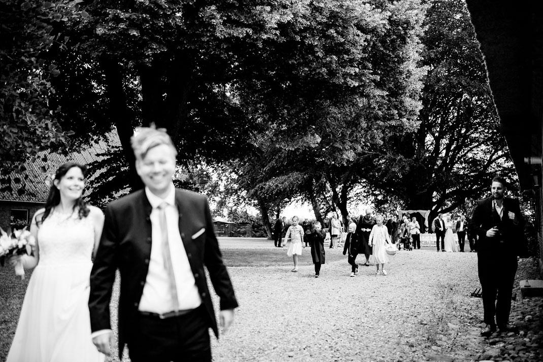 Kiel, Standesamtliche Trauung, draußen im Garten, wedding, realwedding, stade, bremen, hamburg, jork, zeven, große Diele Rade, tränen, emotionen, rede, auszug