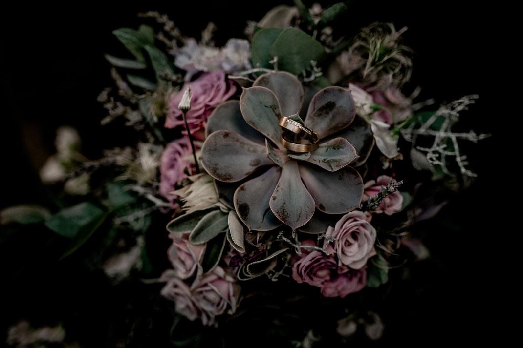 goldene ringe, buxtehude, jork, fotografin aus hamburg vanessa teichmann samuelsen diamanten echt real hotel altes land rosen rosa grün wedding braut heiraten auf dem land niedersachsen