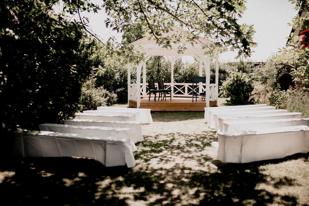 pavillon in jork beim hotel altes land. trauung im garten mit bride groom mans traurednerin. Zusammen mit der fotografin Vanessa Teichmann aus harsefeld bei buxtehude bremen zeven sittensen stade hamburg
