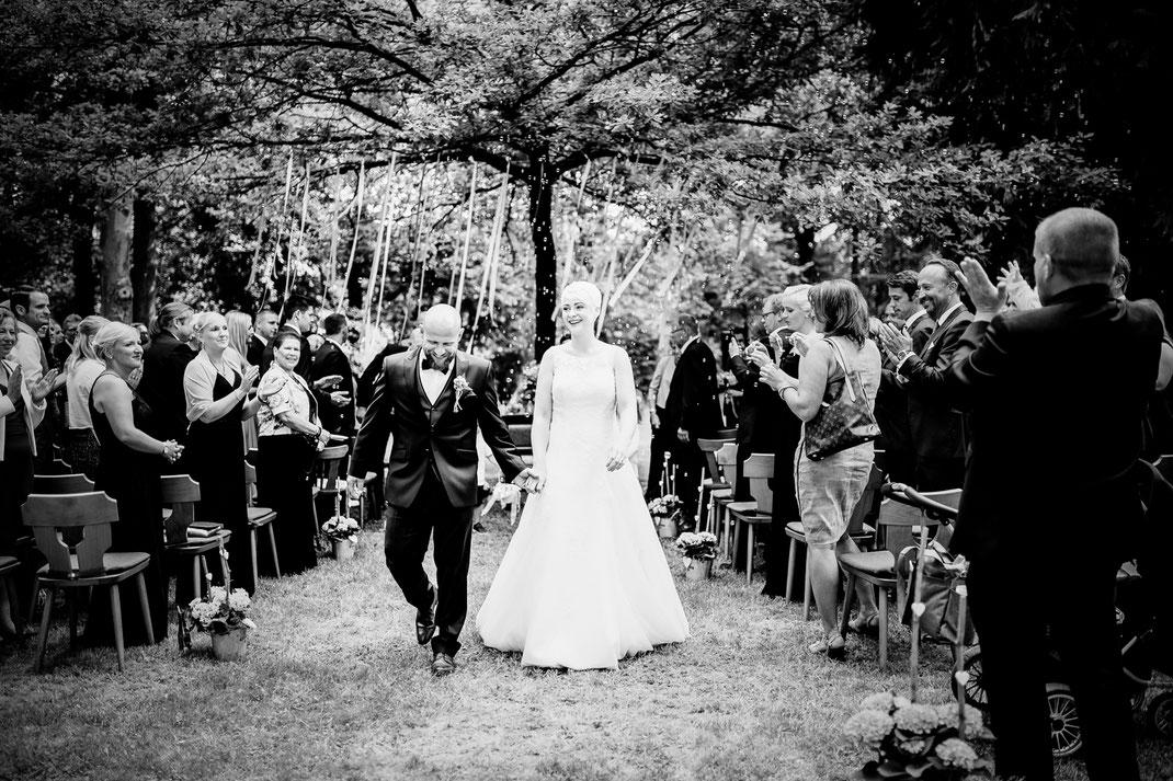 Freie Trauung in Tiste beim Klostergut Burg Sittensen mit fotografin Vanessa Teichmann Samuelsen und der rednerin Jasmin Rathke von Trauzucker aus Hamburg. Sommer 2018 Hochzeit Vintage Wedding auf dem Land Trauzeugen und deko auszug