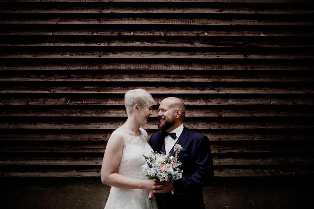Freie Trauung in Tiste beim Klostergut Burg Sittensen mit fotografin Vanessa Teichmann Samuelsen und der rednerin Jasmin Rathke von Trauzucker aus Hamburg. Sommer 2018 Hochzeit Vintage Wedding Brautpaar Portrait Posen