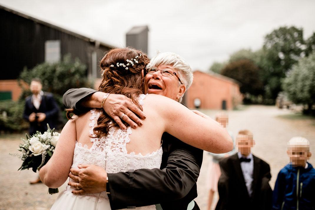 Kiel, Standesamtliche Trauung, draußen im Garten, wedding, realwedding, stade, bremen, hamburg, jork, zeven, große Diele Rade, tränen, emotionen, rede, gratulation, luftballons
