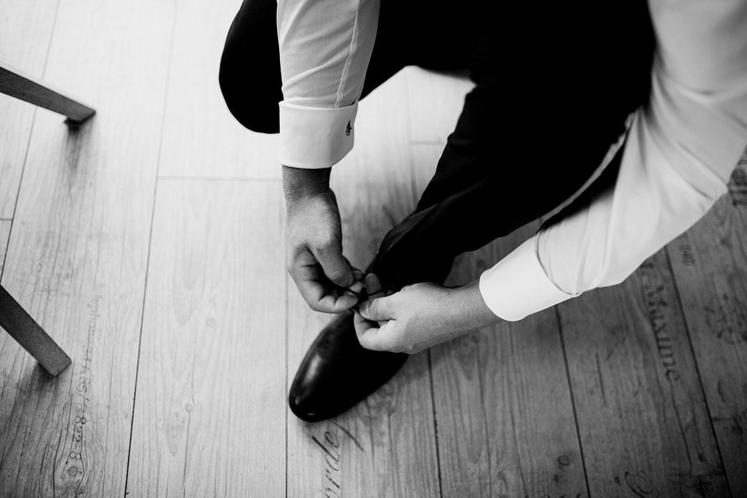 Kirchliche Trauung in Oese bei Bremervörde, Weddinginspo, Sommerhochzeit im Vintage Styl mit Brautjungfern und mans, fotografin aus Hamburg, stade, buxtehude, bräutigam, anzug, home, getting ready,