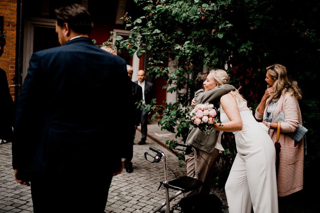 Hamburg, Winsen, Luhe, Schloss, Standesamt, Trauung, Hochzeit, Corona, Standesamtliche, Fotografin, Reportage, Real Wedding, realwedding, Brautpaar, Wasser, Schlosspark, corona, gäste, empfang, oma