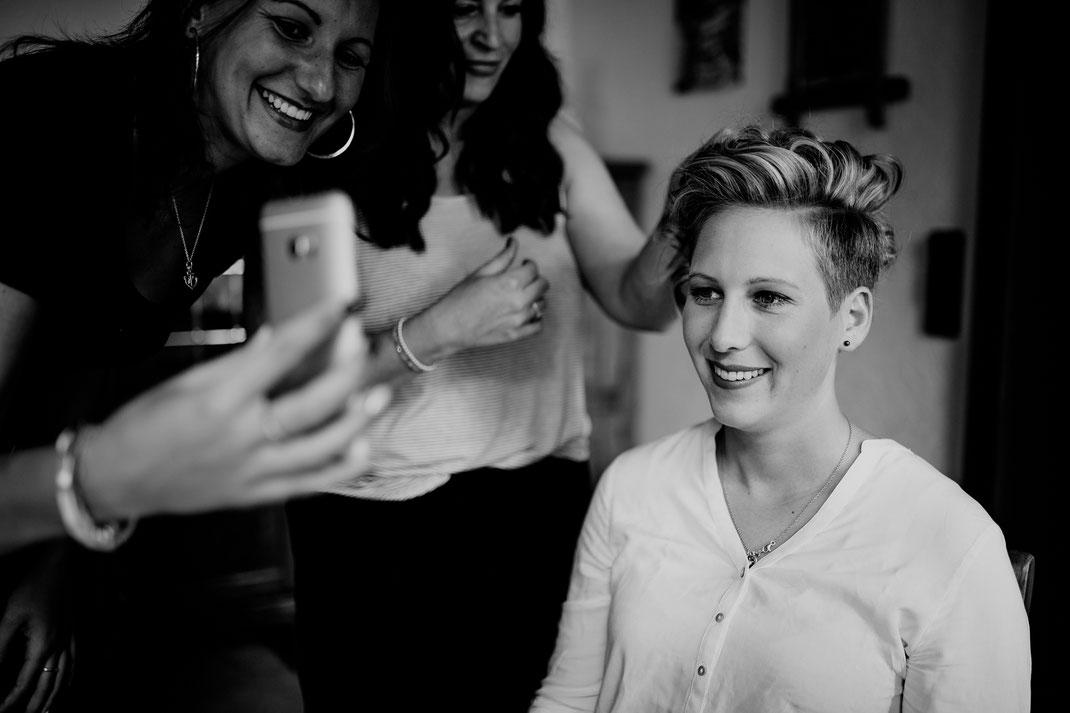 getting ready, bride, braut, trauzeugin, fertig machen, anziehen, kleid, dress, makeup, buxtehude, moisburg, ovelgönne, handy, foto, picture, makingoff