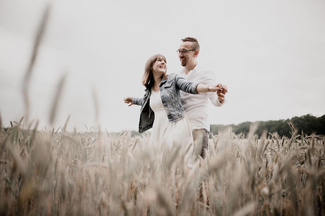 klein Meckelsen, Sittensen, Klostermühle, Brautpaar, Kennenlernen, Feld, Kornfeld, Vanessa Teichmann, Deutschland, Fotografin, Hochzeit