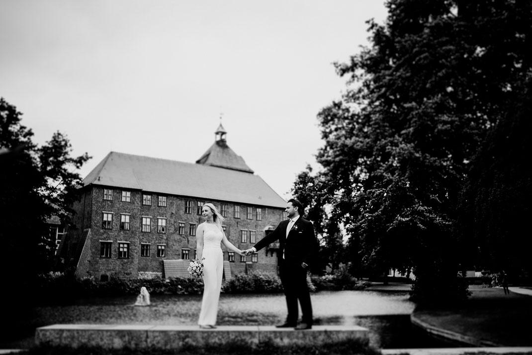 Hamburg, Winsen, Luhe, Schloss, Standesamt, Trauung, Hochzeit, Corona, Standesamtliche, Fotografin, Reportage, Real Wedding, realwedding, Brautpaar, Wasser, Schlosspark, lokation, Foto, Brautpaarfotos