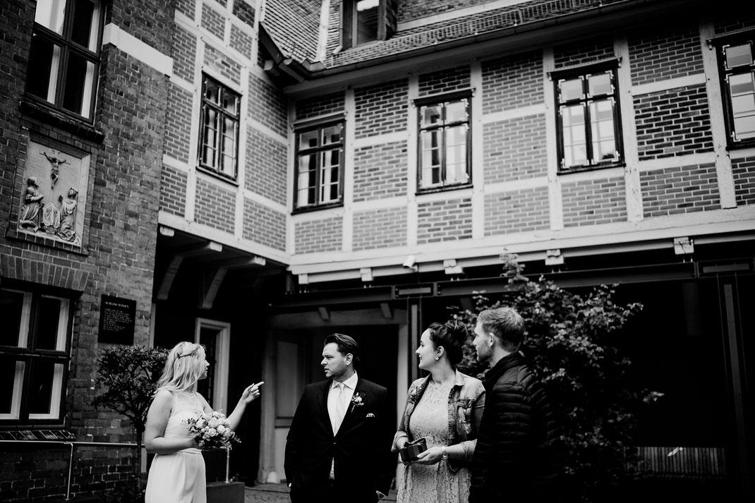 Hamburg, Winsen, Luhe, Schloss, Standesamt, Trauung, Hochzeit, Corona, Standesamtliche, Fotografin, Reportage, Real Wedding, realwedding, Brautpaar, Wasser, Schlosspark, corona, warten