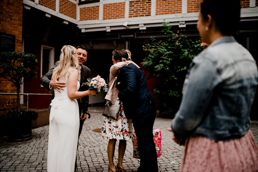 Hamburg, Winsen, Luhe, Schloss, Standesamt, Trauung, Hochzeit, Corona, Standesamtliche, Fotografin, Reportage, Real Wedding, realwedding, Brautpaar, Wasser, Schlosspark, corona, papa, empfang, umarmung