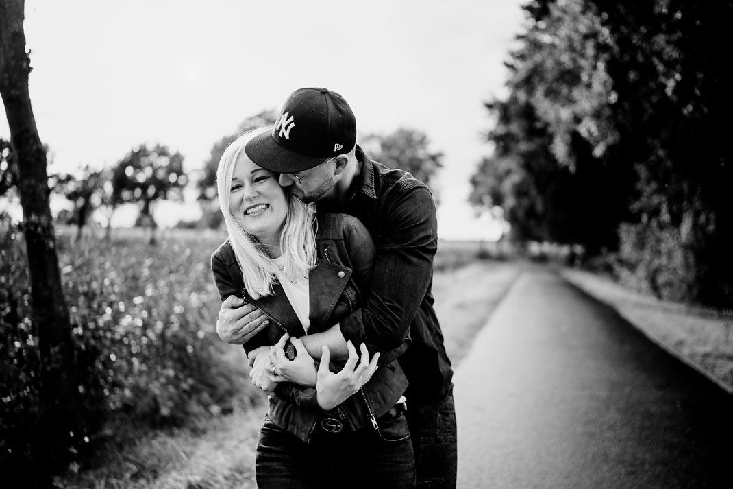 verliebt, festhalten, halten, ring, verlobungsring, brilliant, nähe, moor, bauernmoor, pärchen, couple, liebespaar, lachen, vertraut, sittensen, klein meckelsen, umarmen, fangen, kriegen
