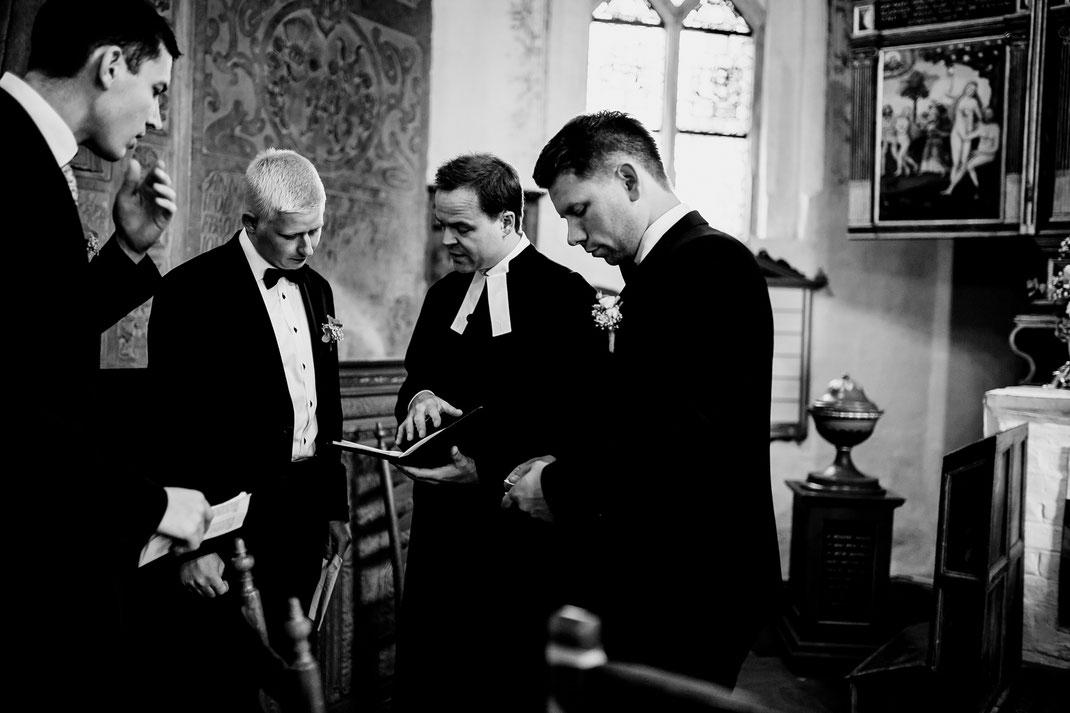Kirchliche Trauung in Oese bei Bremervörde, Weddinginspo, Sommerhochzeit im Vintage Styl mit Brautjungfern und mans, fotografin aus Hamburg, stade, buxtehude, kirche, friedhof, church
