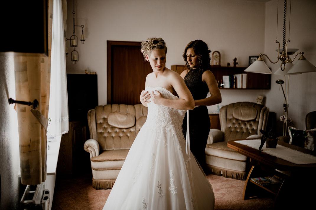 getting ready, bride, braut, trauzeugin, fertig machen, anziehen, kleid, dress, makeup, buxtehude, moisburg, ovelgönne, brautkleid, wohnzimmer, stube,