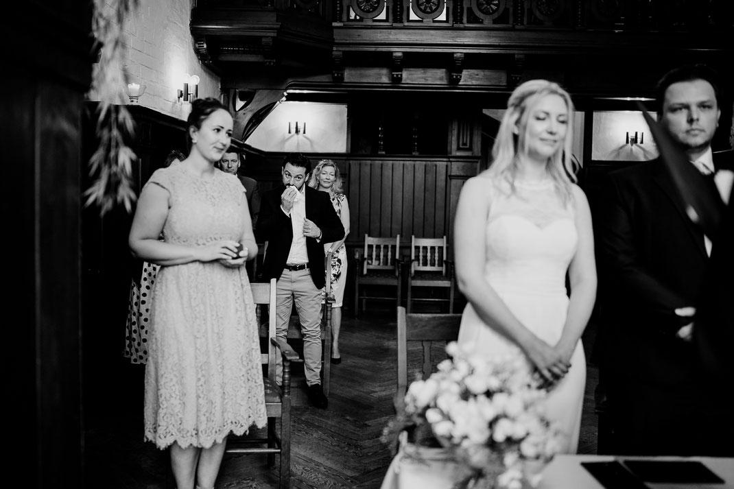 Hamburg, Winsen, Luhe, Schloss, Standesamt, Trauung, Hochzeit, Corona, Standesamtliche, Fotografin, Reportage, Real Wedding, realwedding, Brautpaar, Wasser, Schlosspark, freudentränen, beste freunde