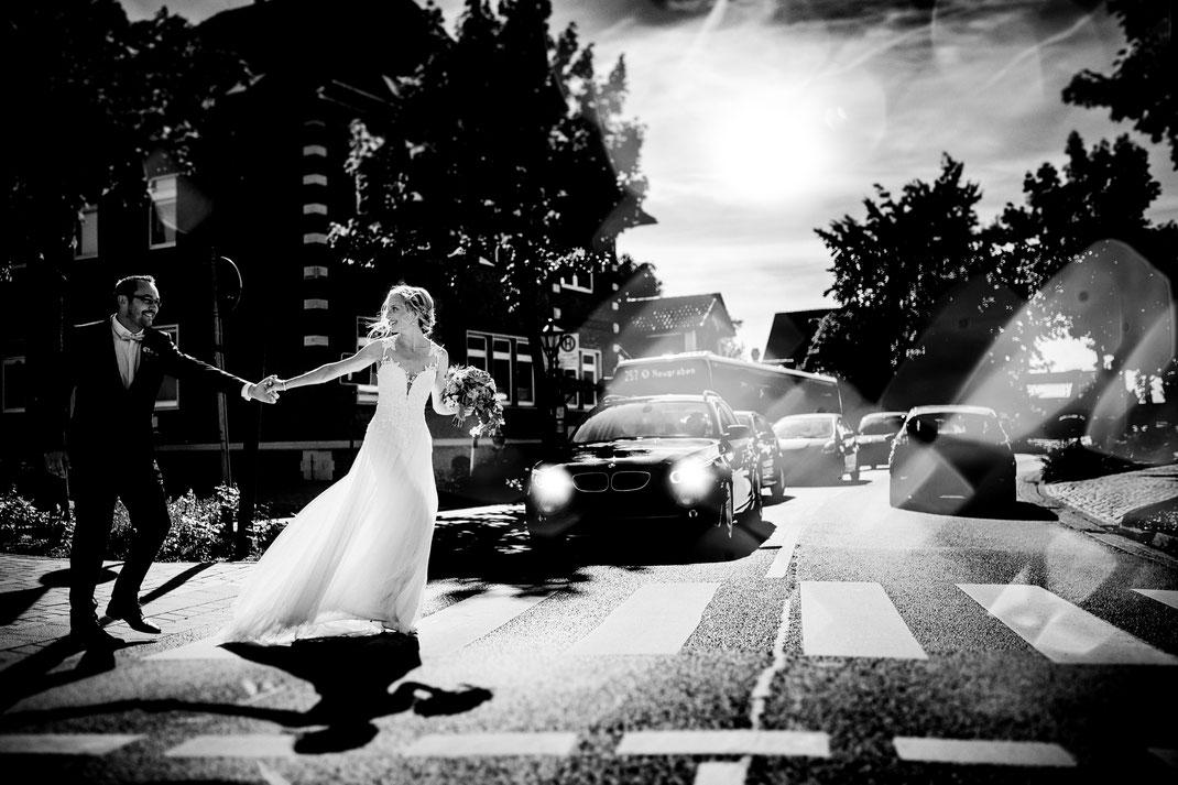 mit dem Brautpaar in Jork am Zebrastreifen. Autos und Bus mit Licht im Straßenverkehr. Zusammen mit der fotografin Vanessa Teichmann aus harsefeld bei buxtehude bremen zeven sittensen stade hamburg