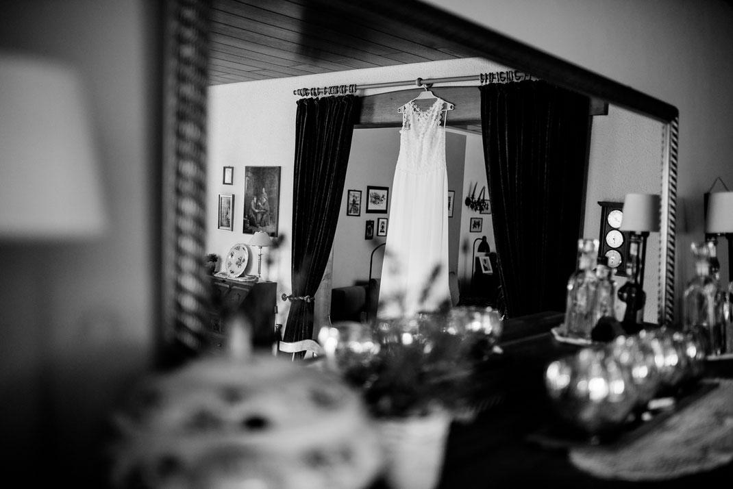 getting ready in Kiel, zuhause, bei Mama, Brautschuhe, Stumpfband, Details, Standesamtliche Trauung, draußen im Garten, Brautkleid, Foto, Spitze, stade, bremen, hamburg, jork, zeven