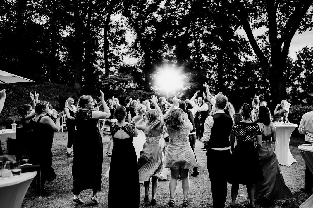 Achim, Bremen, Haus Hünenburg, Hochzeitsfeier, Garten, Corona, 2020, Kuss, Essen, Vanessa Teichmann, Samuelsen, Party, Feier, Tanzen, Disco,