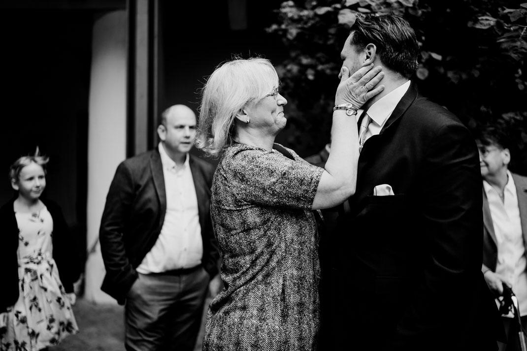 Hamburg, Winsen, Luhe, Schloss, Standesamt, Trauung, Hochzeit, Corona, Standesamtliche, Fotografin, Reportage, Real Wedding, realwedding, Brautpaar, Wasser, Schlosspark, corona, gäste, empfang, mama