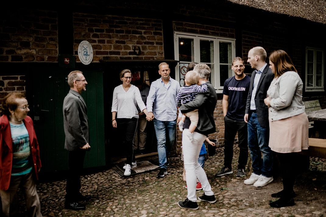 wassermühle, ovelgönne, standesamt, standesamtliche trauung, brautpaar, gäste, innen, räume, raum, lachen, licht, glückwunsch, gratulation