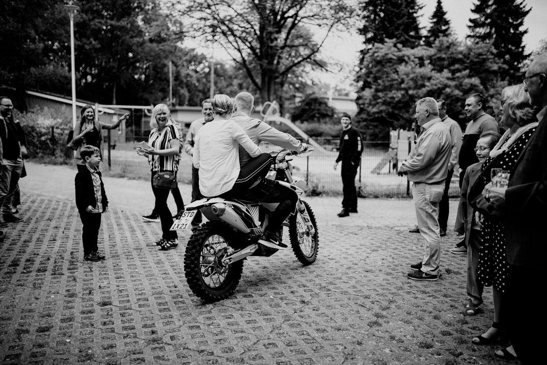 wassermühle, ovelgönne, buxtehude, brautpaar, gäste, parkplatz, trauung, standesamt, sekt, anstoßen, empfang, bier, prost, motorrad, motocross