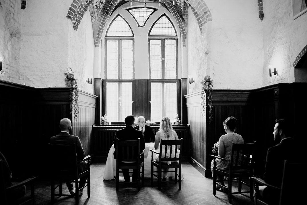 Hamburg, Winsen, Luhe, Schloss, Standesamt, Trauung, Hochzeit, Corona, Standesamtliche, Fotografin, Reportage, Real Wedding, realwedding, Brautpaar, Wasser, Schlosspark, saal, fenster, trauzeugen