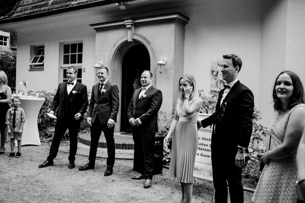 Bremen, Oyten, First look, Bräutigam, erstes sehen, tränen, freudentränen, vanessa teichmann, samuelsen, fotografin, hochzeit, Haus Hünenburg, Corona, Feier, Hochzeitsfeier, Standesamt