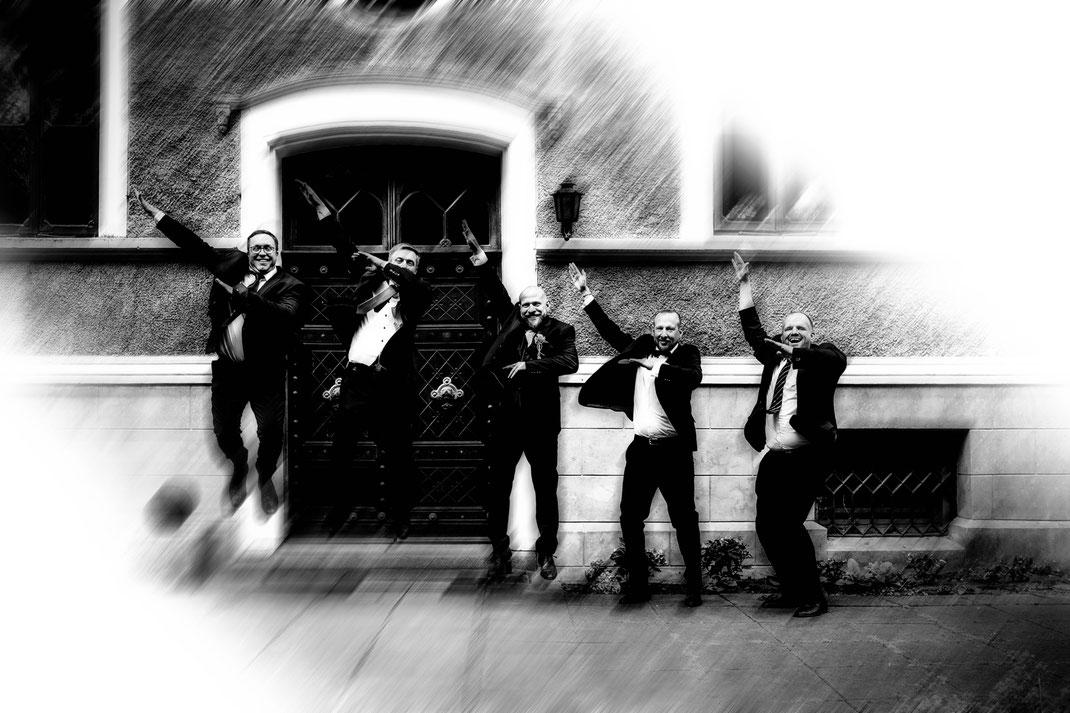 Freie Trauung in Tiste beim Klostergut Burg Sittensen mit fotografin Vanessa Teichmann Samuelsen und der rednerin Jasmin Rathke von Trauzucker aus Hamburg. Sommer 2018 Hochzeit Vintage Wedding Männer Gruppenbild Group Man's