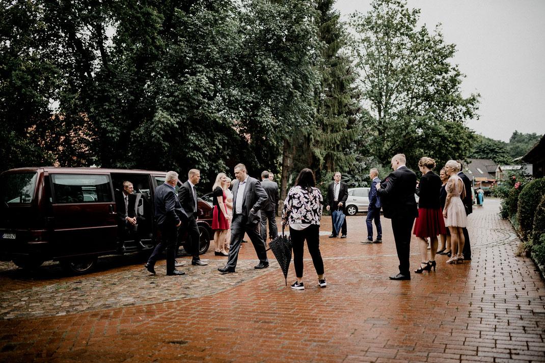 moisburg, steinkirche, kirche, regen, trauung, kirchliche trauung, regenschirm, ankunft, empfang, parkplatz