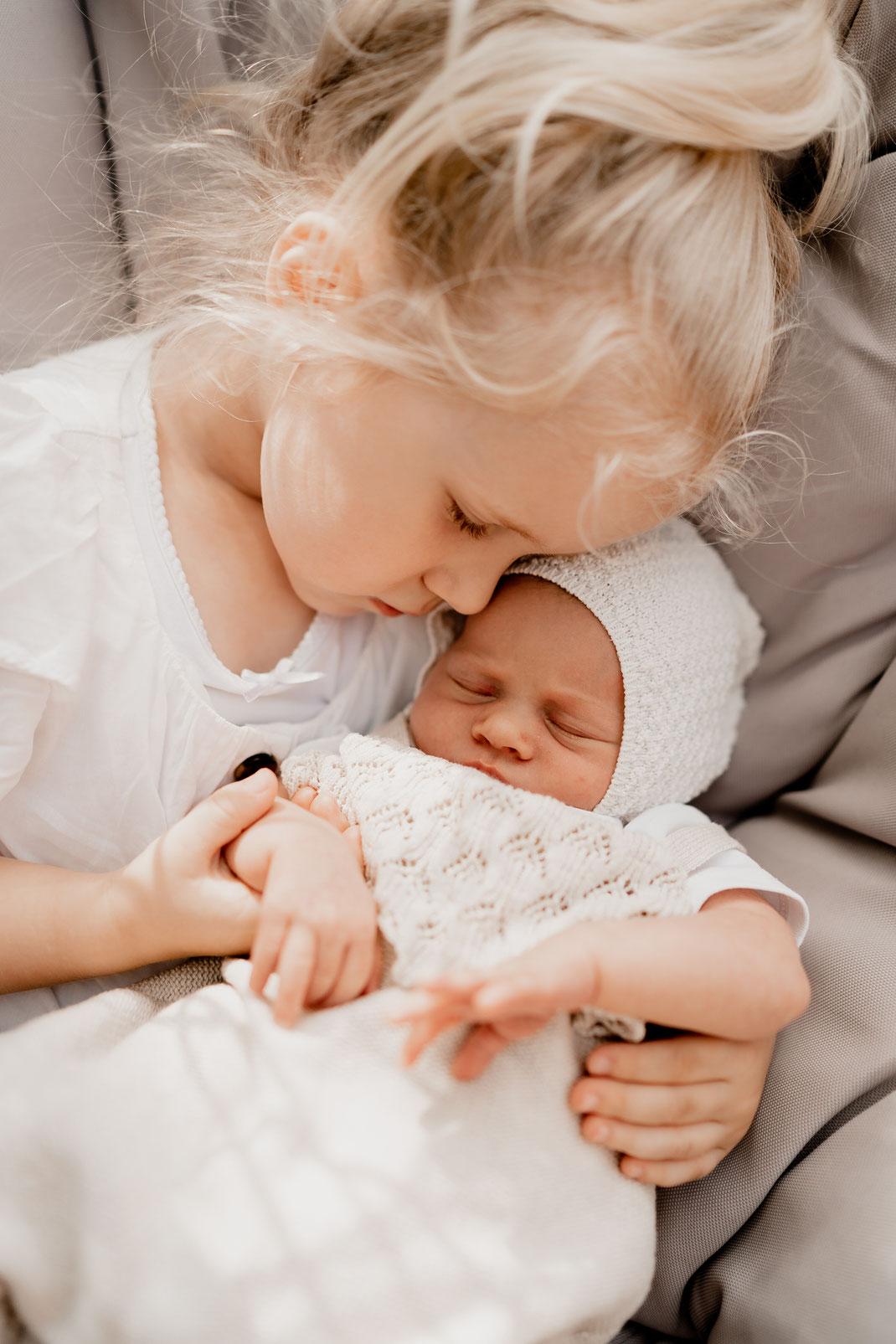 homestory, newborn, baby, neugeborenes, neugeboren, zuhause, foto, home, bremervörde, zeven, sittensen, buxtehude, horneburg, bremen, hamburg, kinderzeimmer, kuscheln, große schwester, freundin, liebe