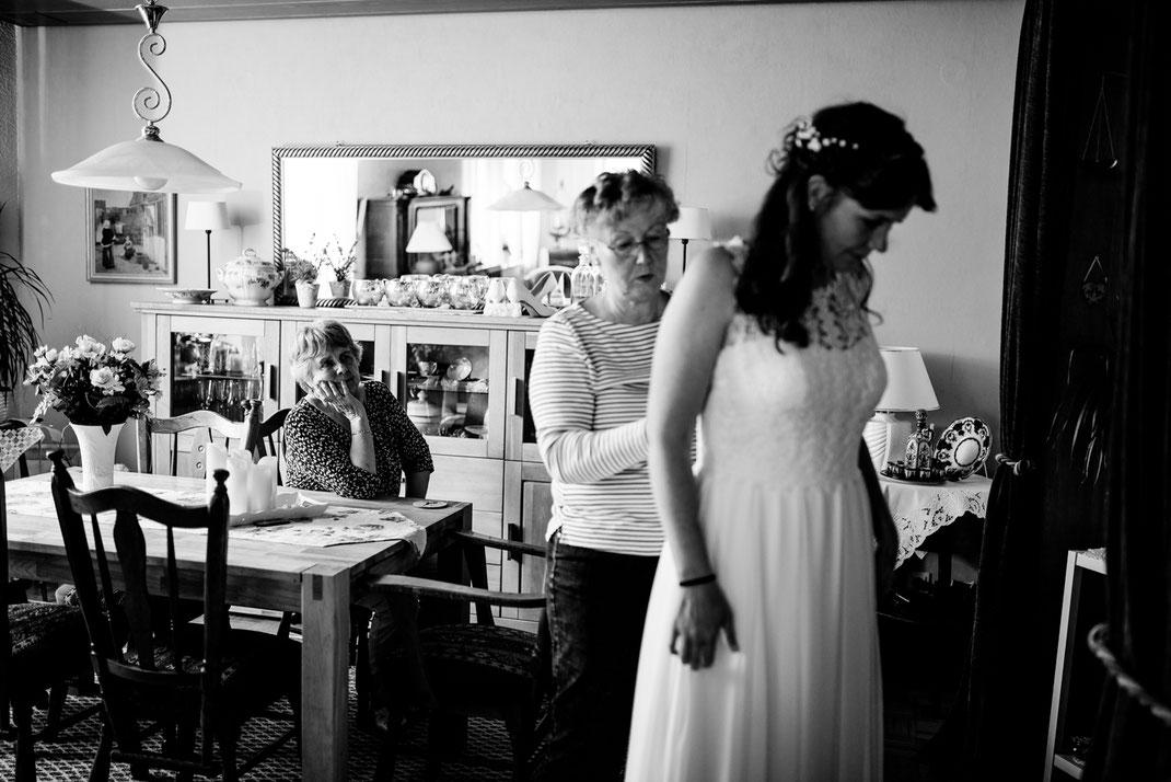 getting ready in Kiel, zuhause, bei Mama, Brautschuhe, Stumpfband, Details, Standesamtliche Trauung, draußen im Garten, brautkleid anziehen, verwante, hilfe, wedding, realwedding, stade, bremen, hamburg, jork, zeven
